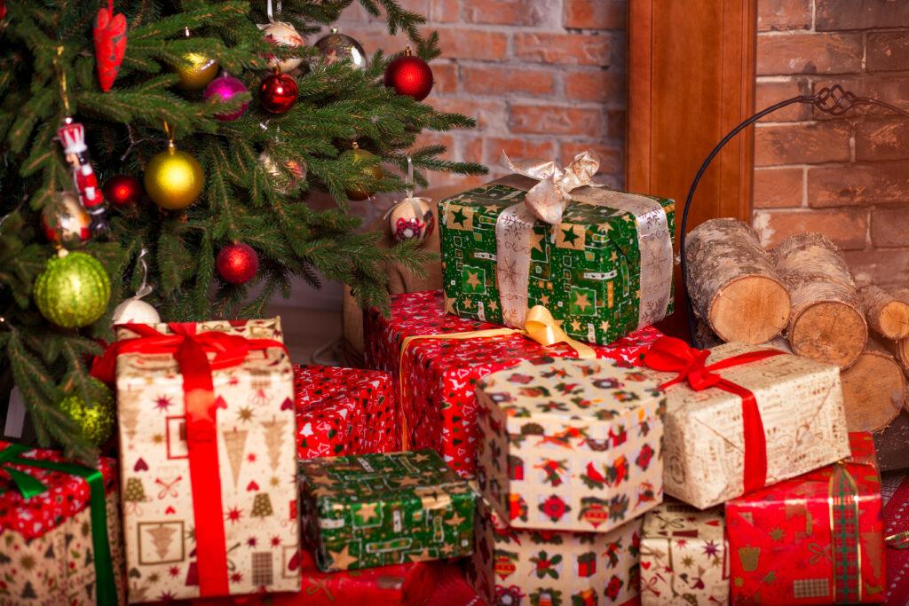 Подаръци под елха по повод коледни празници