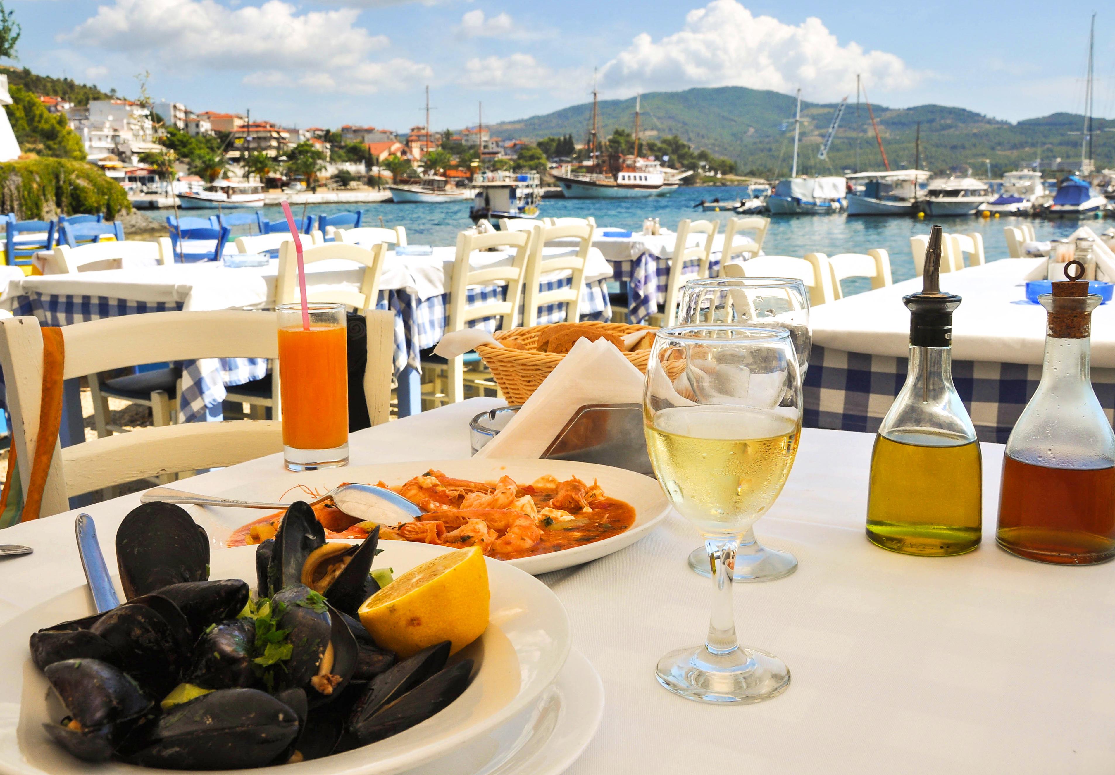 Морска храна, сервирана на курорт в Гърция
