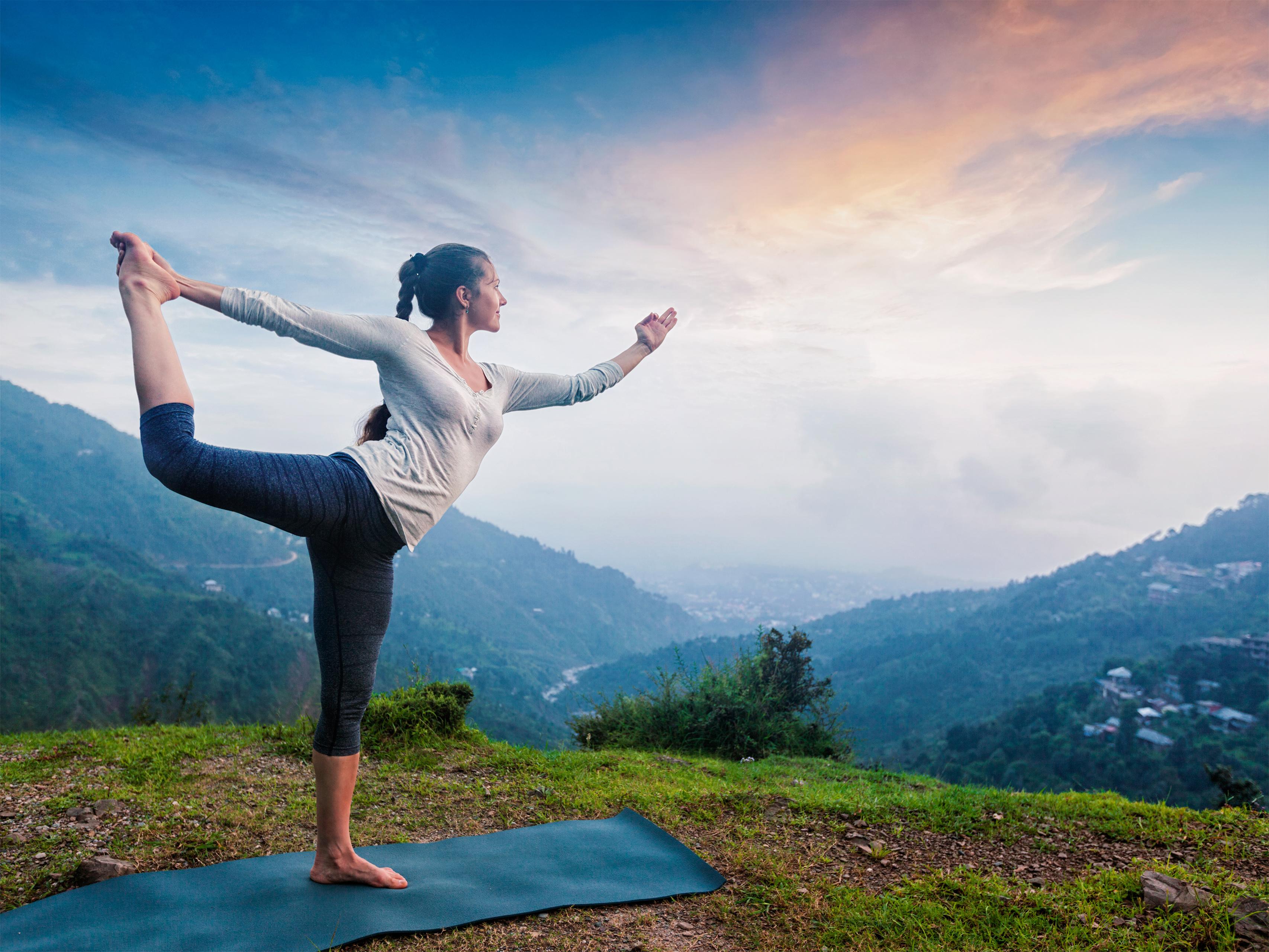 Практикуване на йога асана Натараджасана от жена