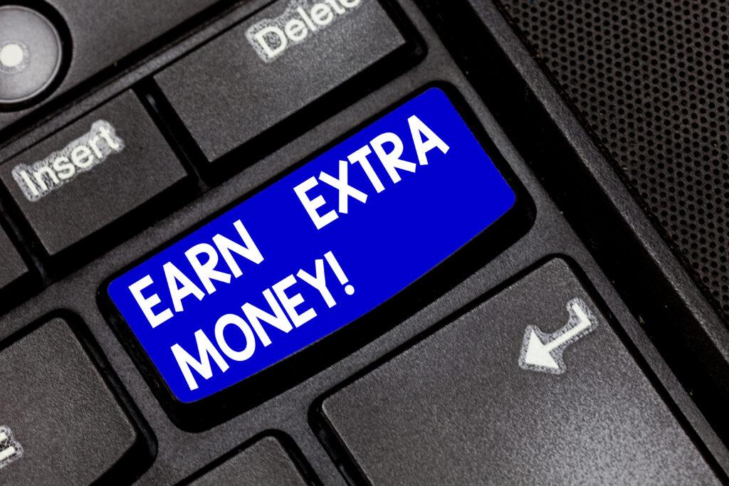 Бутон на клавиатура на лаптоп, показващ опция за докарване на допълнителни доходи