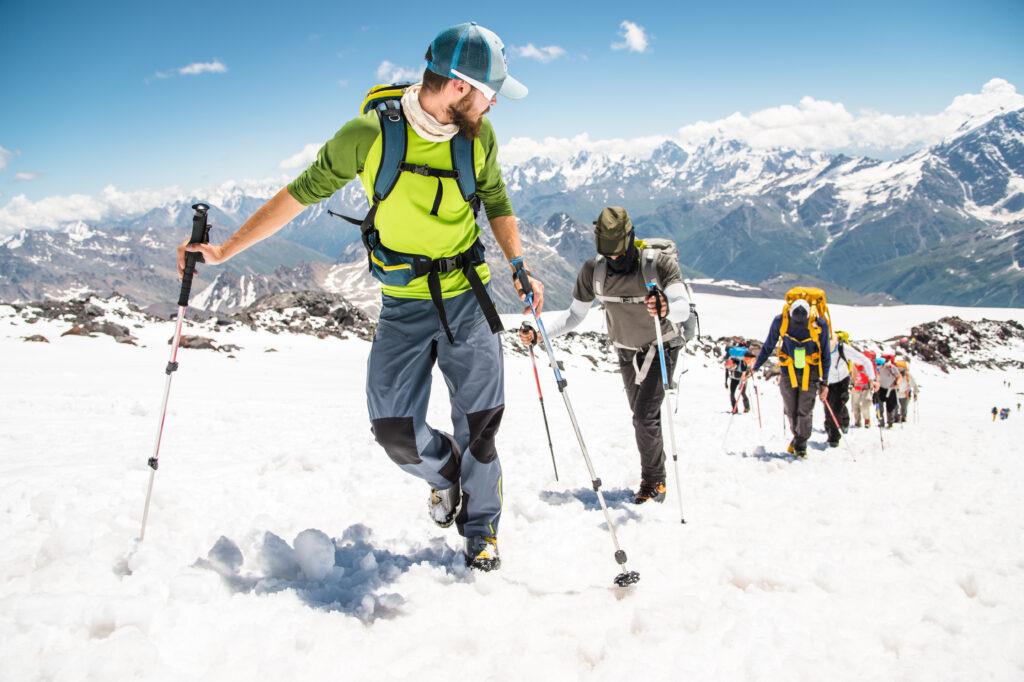 Група планинари на планина през зимата