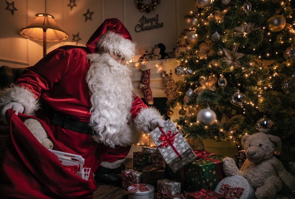 Дядо Коледа оставя под елхата мечтаните подаръци за Коледа