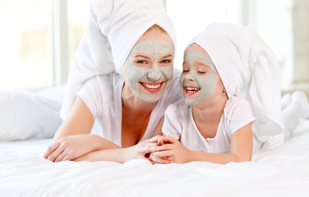 Майка и дъщеря, направили си маски за лице