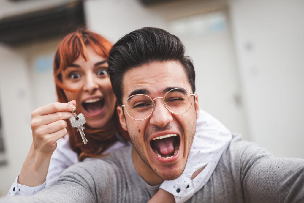 Двойка - момче и момиче - държат ключа за новата им квартира в София и си правят селфи