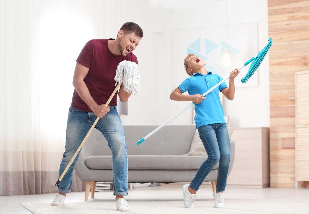 Баща и син, на които им е било скучно и са решили да се забавляват, чистейки вкъщи