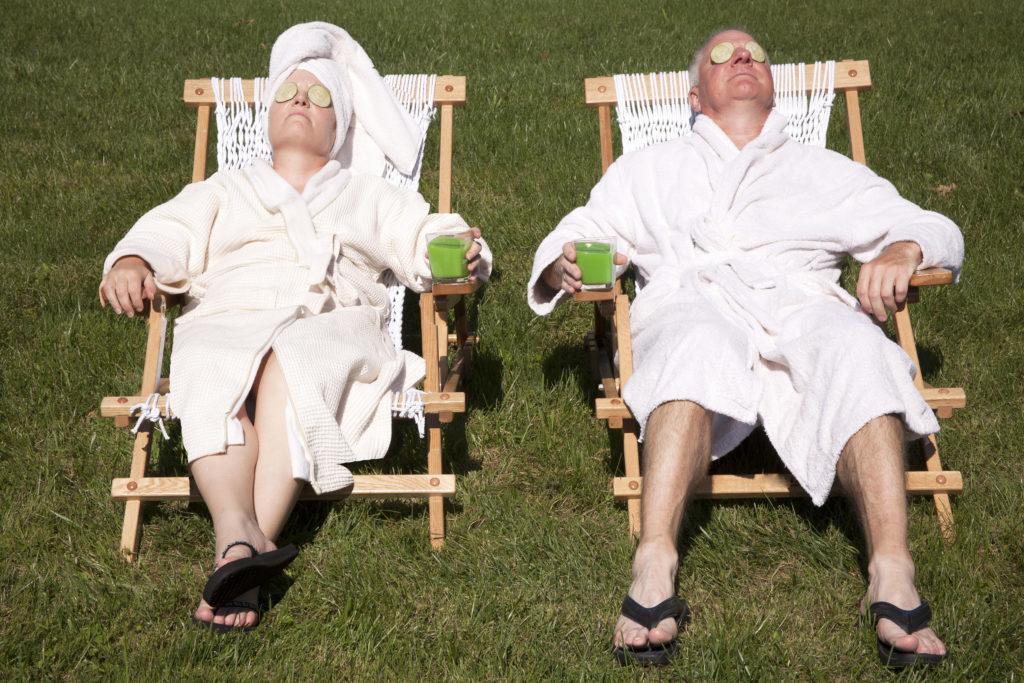 Мъж и жена на евтина почивка в СПА комплекс