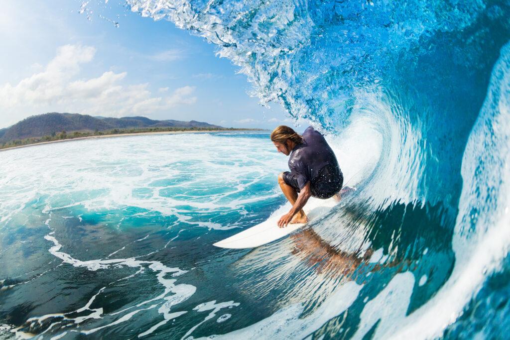 Момче, каращо сърф и наслаждаващо се на много адреналин