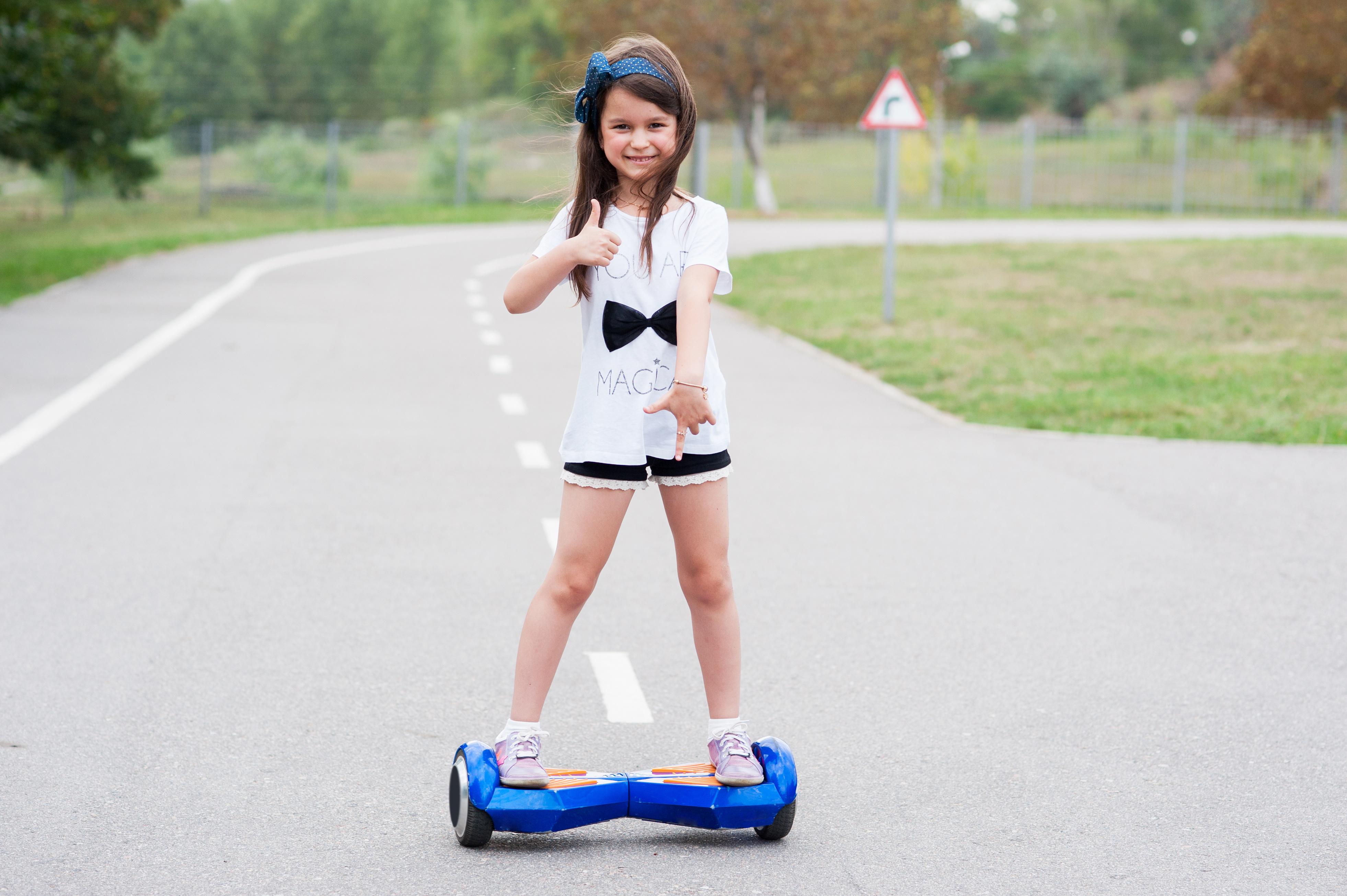 Модерни играчки - малко момиче, каращо ховърборд