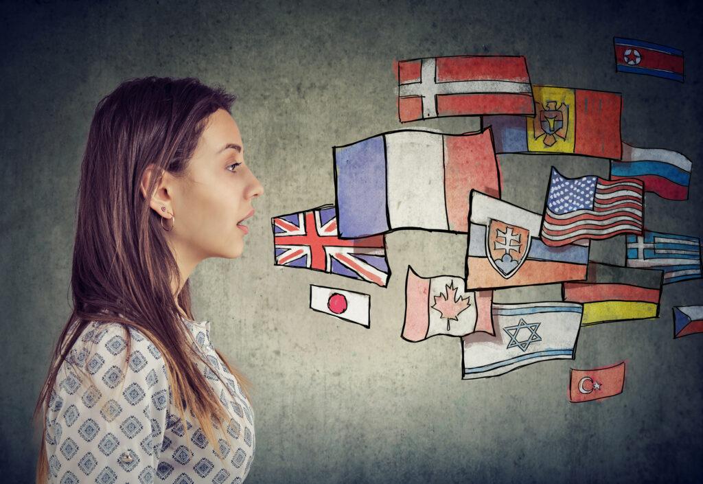 Момиче, опитващо се да говори на чужди езици