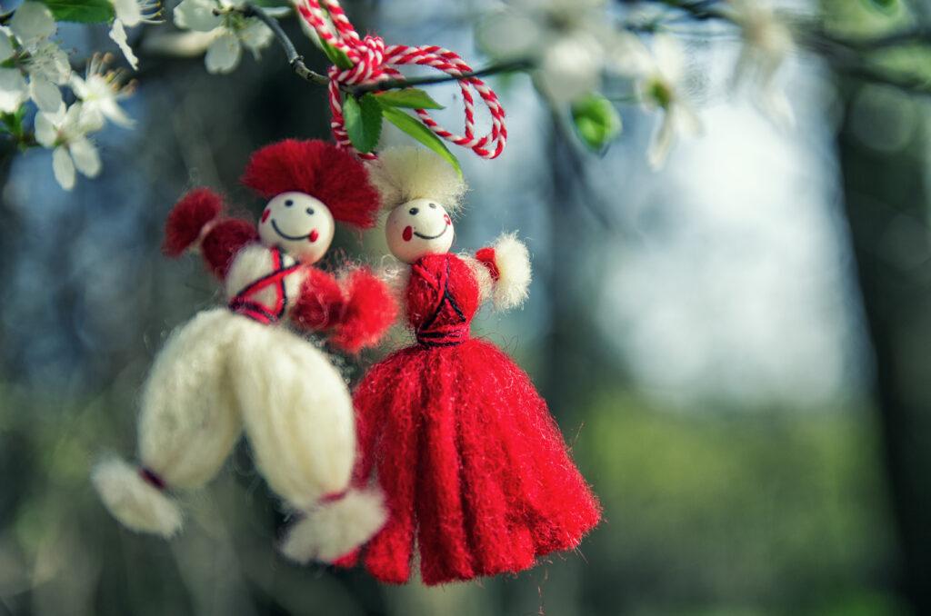 Мартеници, закачени на дърво, както българските традиции повеляват