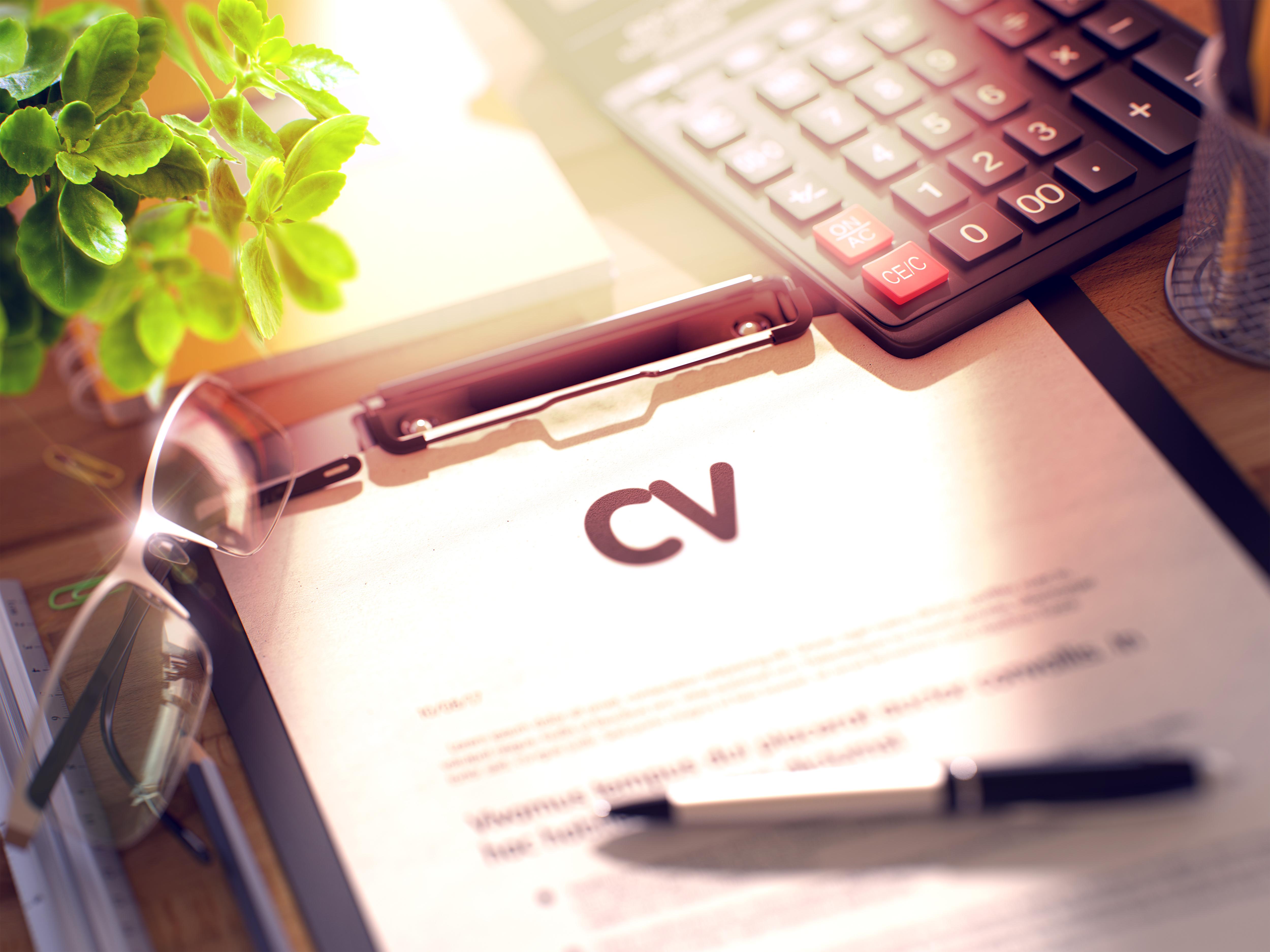 CV, поставено в папка с химикалка отгоре му