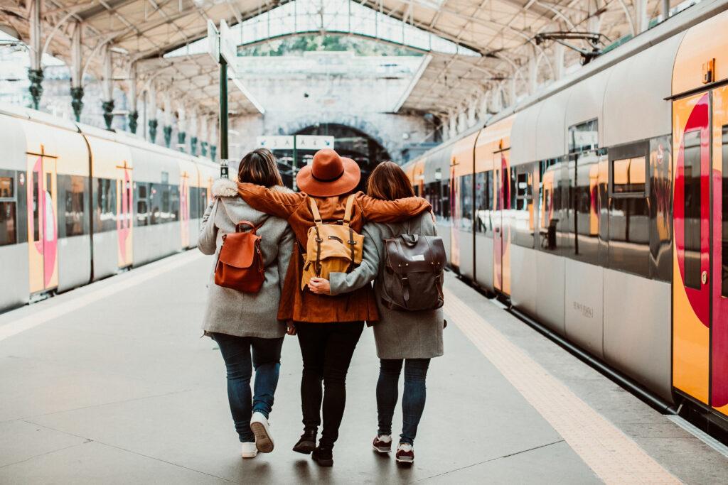 3 прегърнати приятелки на ЖП гара, организирали си пътуване с малко пари