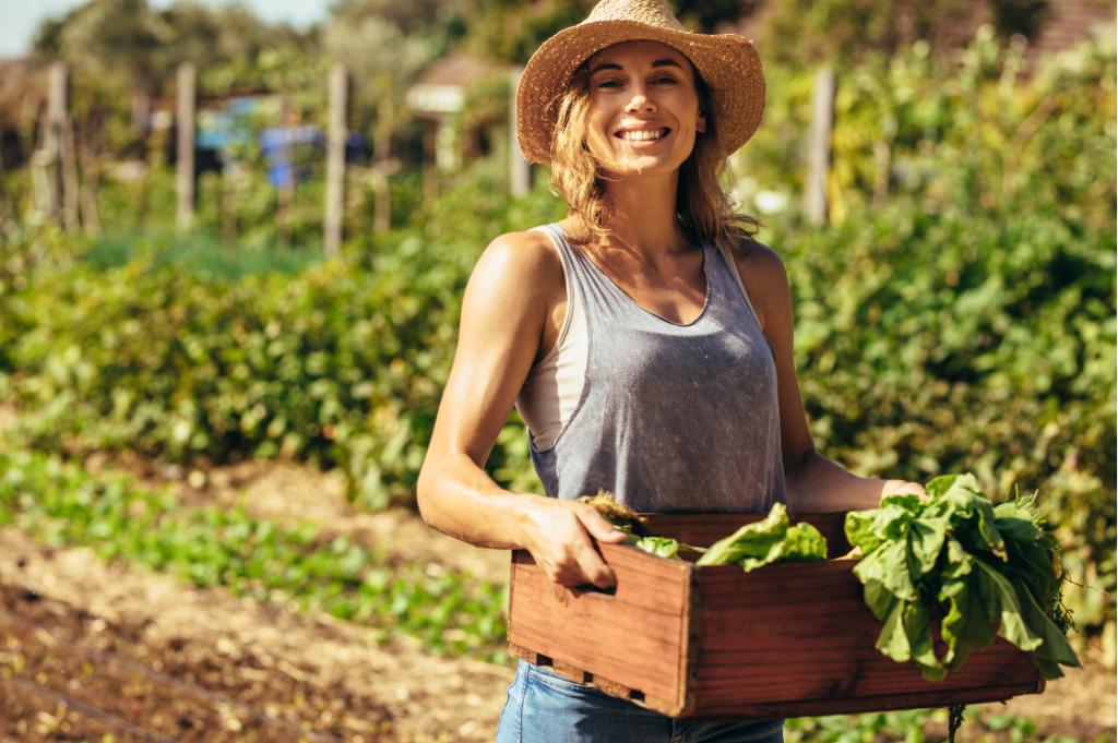Жена, одобрена по програма Млад фермер, прибираща продукцията си