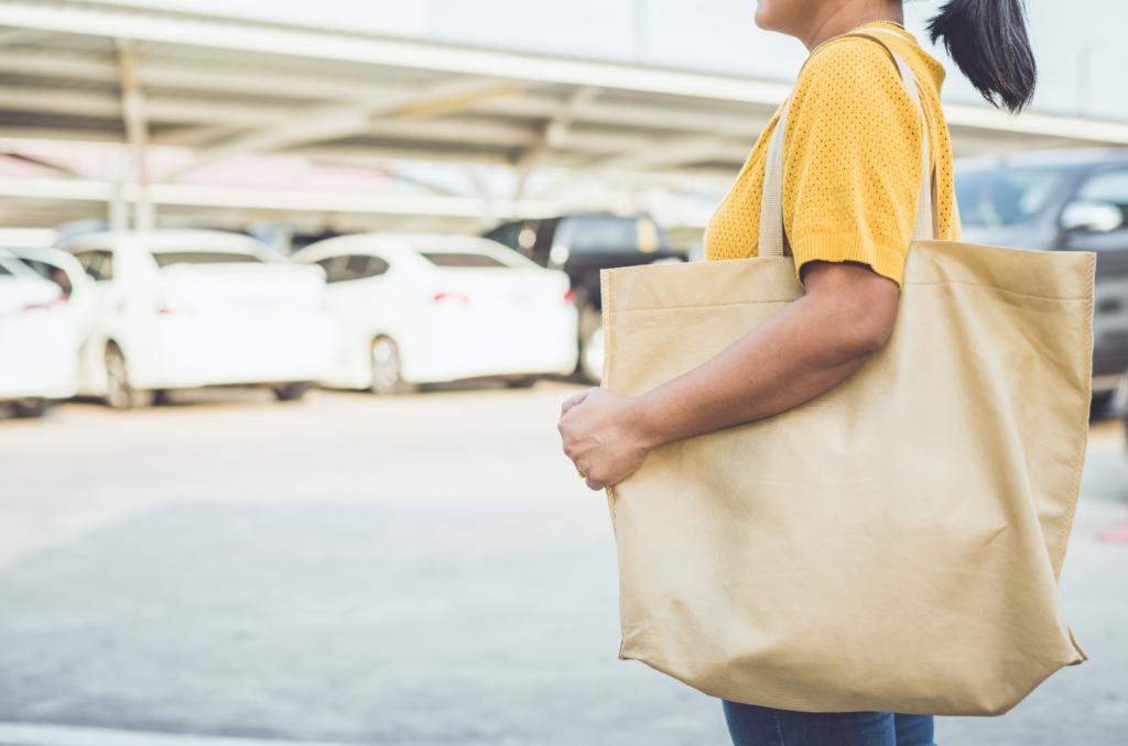 Жена, носеща торба от плат, а не такава от пластмаса