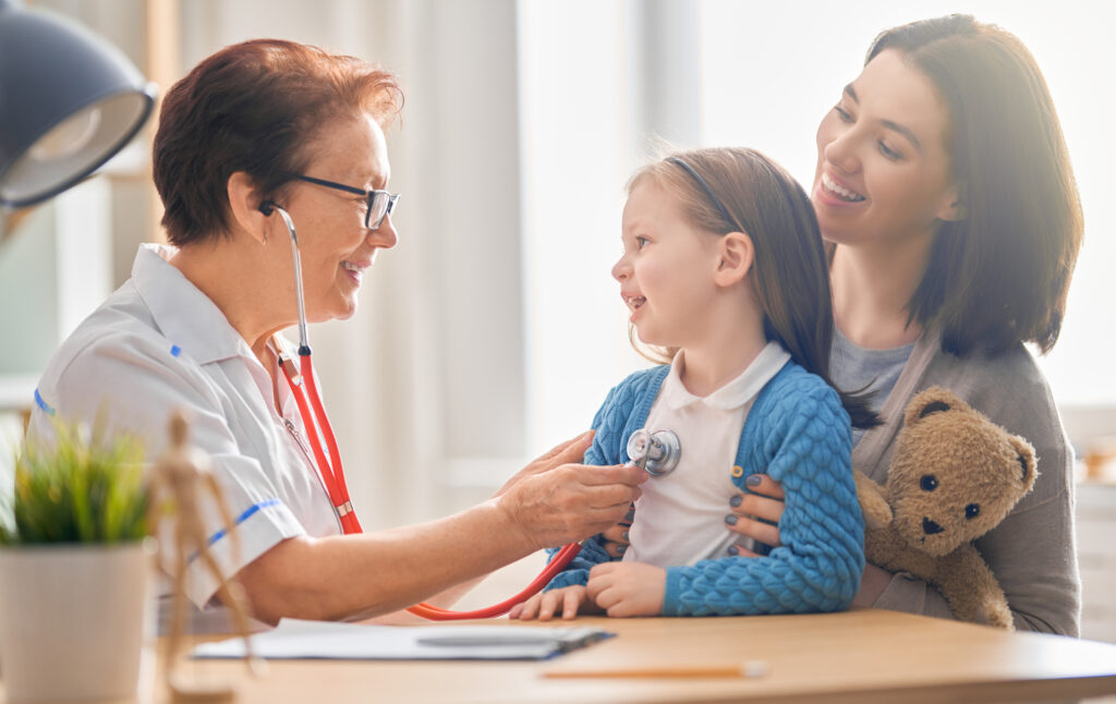 Малко момиче на преглед при доктор с майка си, с цел превенция срещу вируси