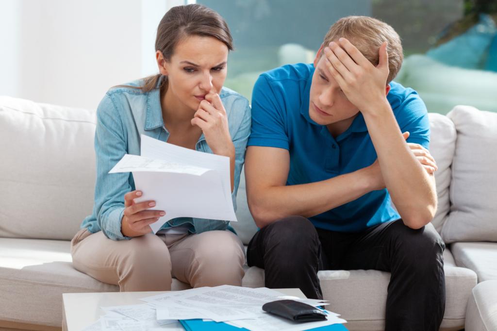 Младо семейство, имащо причини да изтегли заем, заради нуждата от средства за погасяване на друг такъв