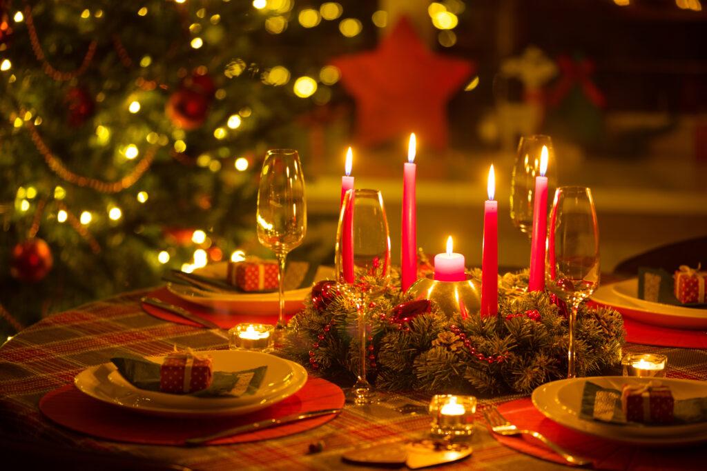Украсена трапеза за празнуване на Коледа по света
