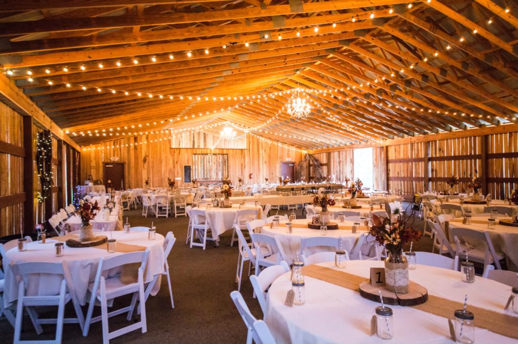 Красиво подредена зала за сватба