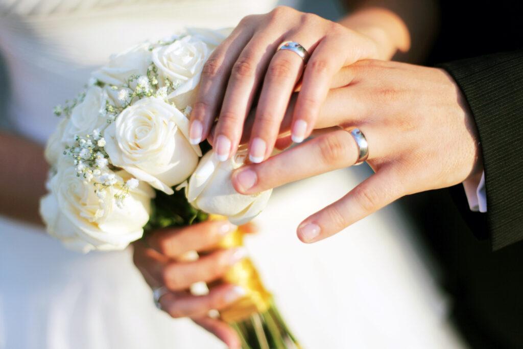 Брачни халки, поставени на ръцете на младоженците на тяхната сватба