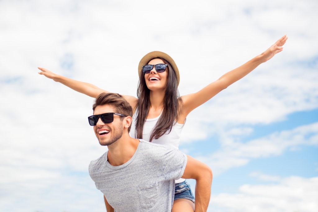 """Момче носи момиче """"на конче"""" по време на приятна разходка през уикенда"""