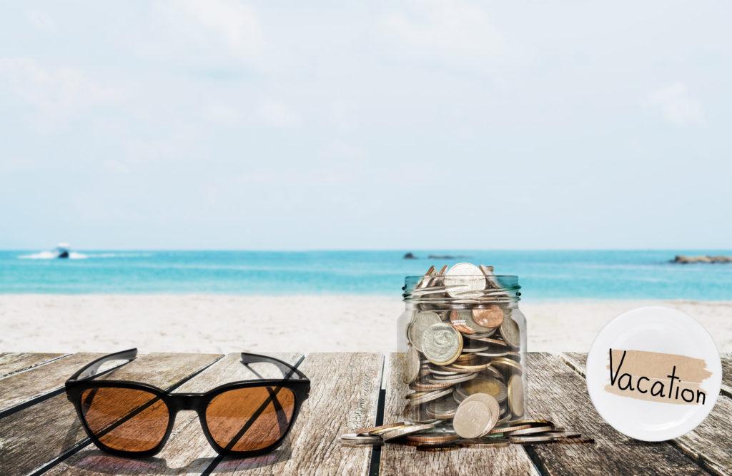 Буркан, пълен с монети - спестени пари за море, занесени директно на плажа