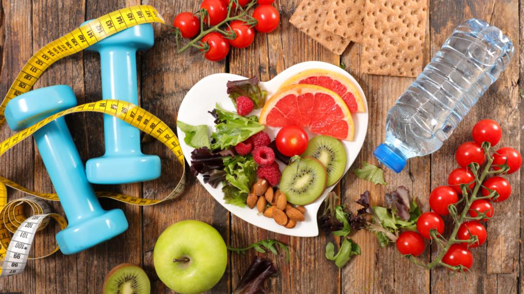 Част от факторите за здравословен начин на живот - гирички за спорт, полезни плодове и зеленчуци и вода