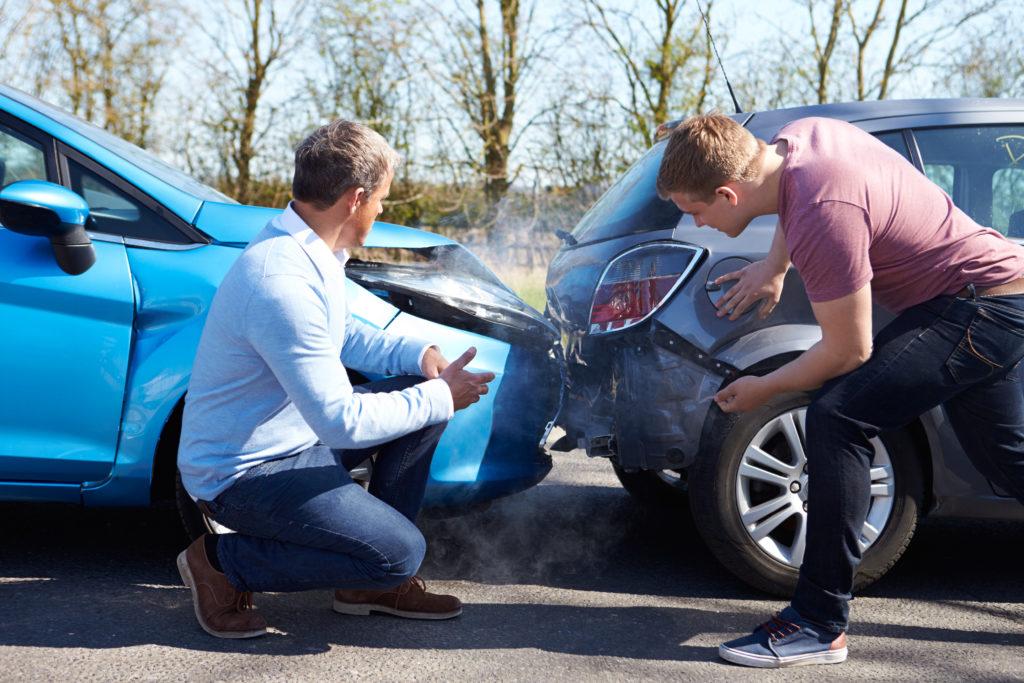 Два сблъскали се автомобила и водачите им, знаещи, че ще трябва да се използва застраховка гражданска отговорност