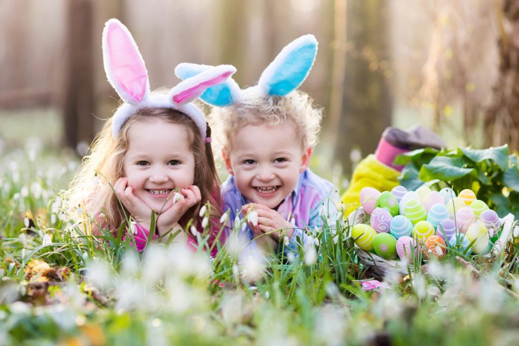 Дечица на поляна, излегнали се до пълна кошница с боядисани великденски яйца на Великден