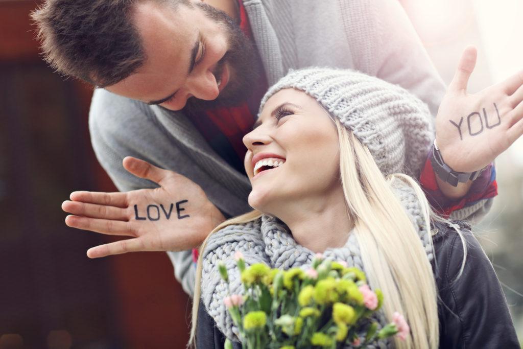 Щастлива влюбена двойка на Свети Валентин