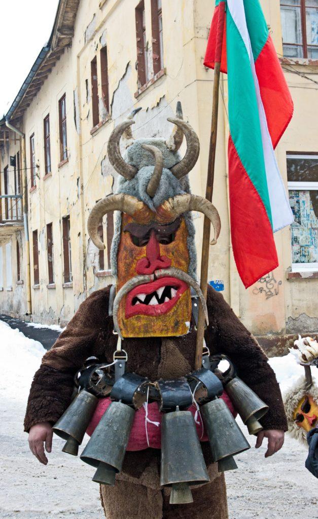 Кукер със звънци и флан на България на Сурва