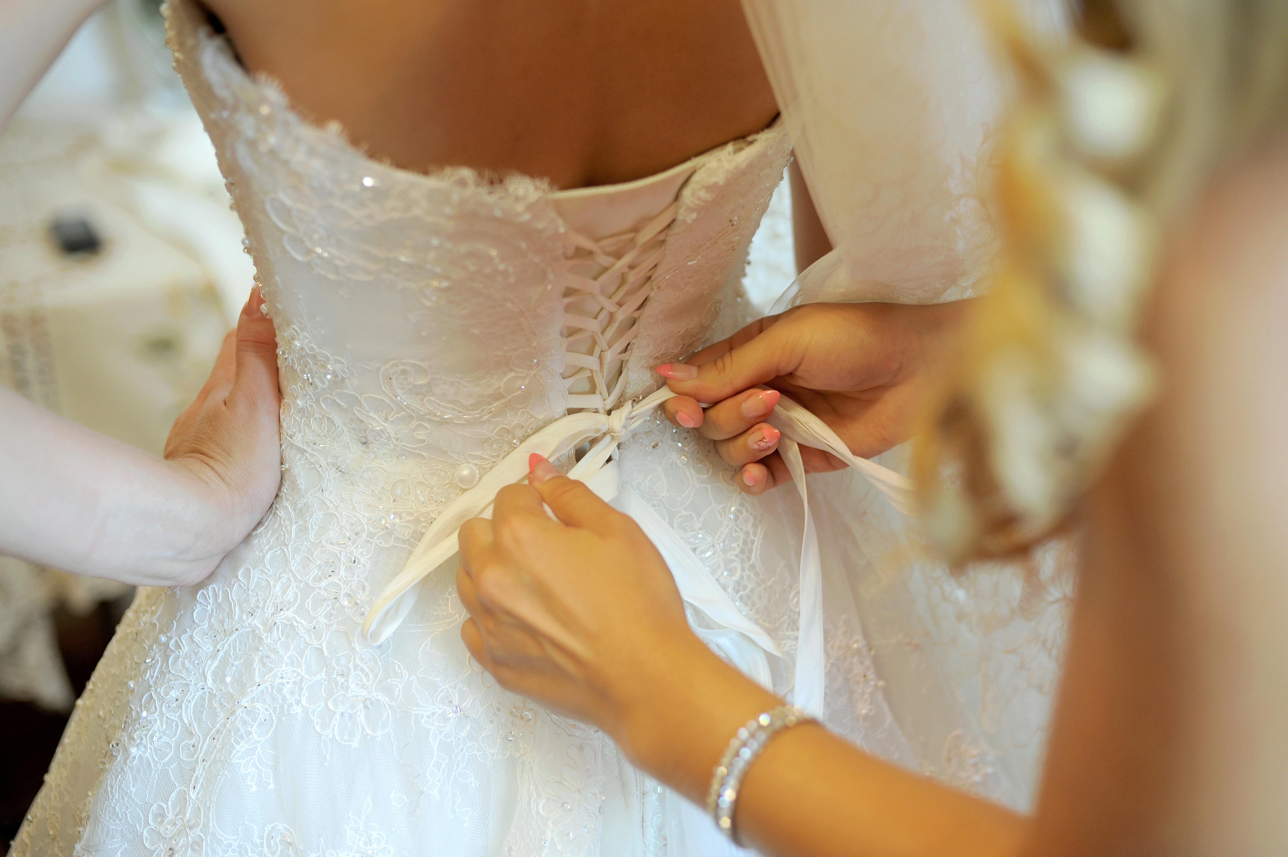 Булка със своята сватбена рокля