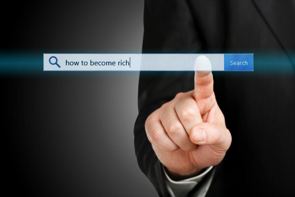 Мъж, който търси отговор на въпроса как да станеш богат в интернет търсачката