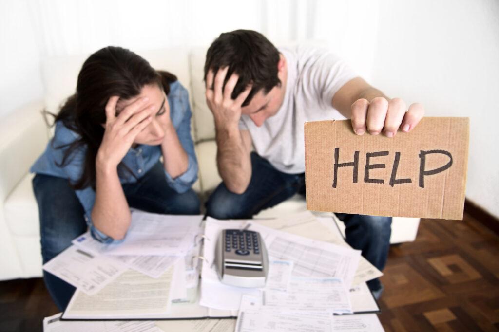 Двойка, изпаднала в нужда от спешни кредити онлайн заради натрупани сметки