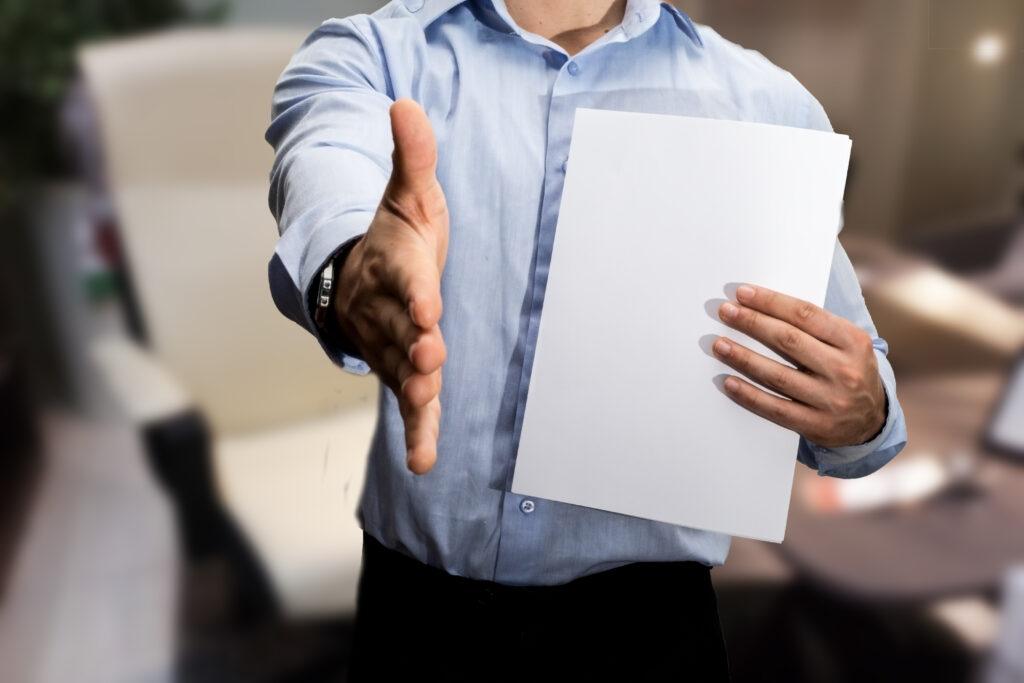 Мъж, търсещ решение на финансовите си проблеми чрез бързи кредити без трудов договор
