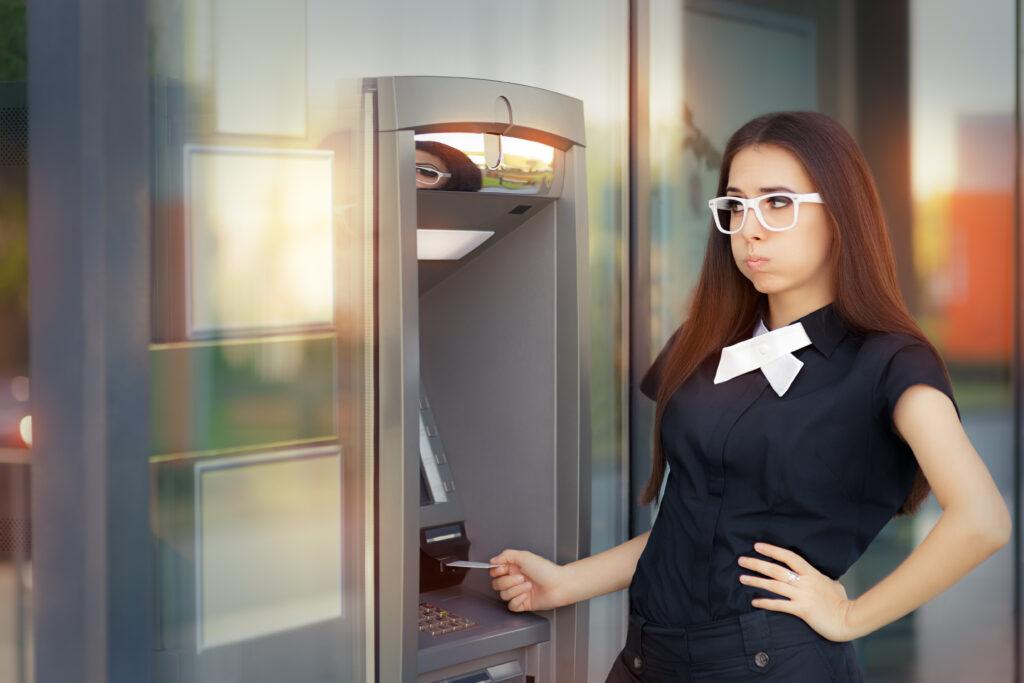 Жена, проверяваща баланса по дебитната си карта, и осъзнаваща, че ще трябва да потърси спешни кредити без доходи