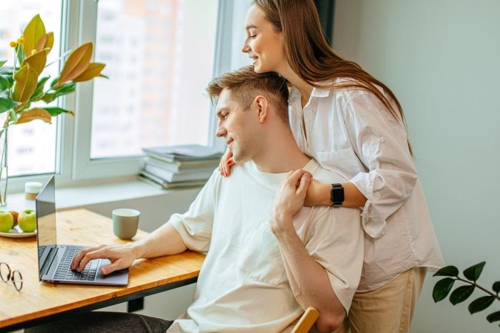 Мъж и жена, теглещи бързи кредити онлайн в събота и неделя