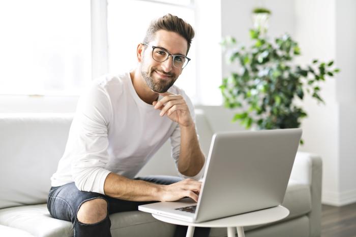 Мъж, който е доволен, че ще тегли бързи кредити онлайн в събота и неделя