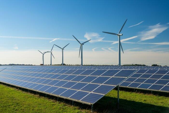 Ветрогенератори и слънчеви панели, използвани за производство на зелена енергия