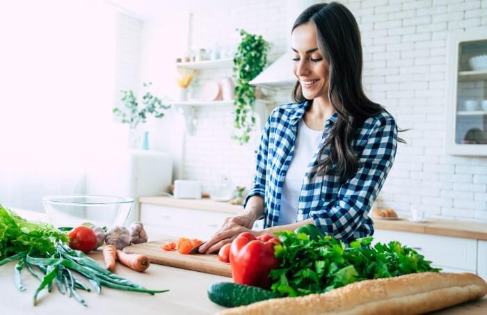 Жена, която си готви, спазвайки принципите на здравословно хранене