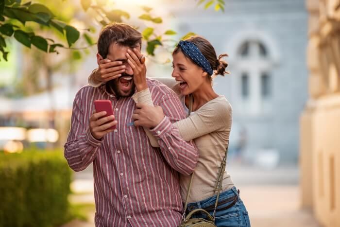 Момиче, правещо романтична изненада на приятеля си