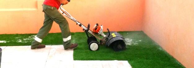 mantenimiento de césped artificial en Canarias por Picconia