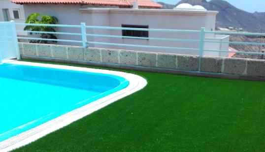 Césped artificial para piscinas. Resistente y de fácil mantenimiento