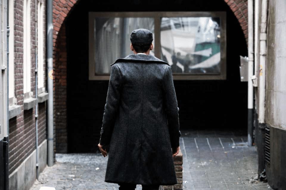 Homme sur le départ avec un manteau gris