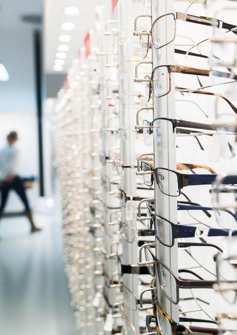 Bilde av et brillestativ fullt av briller.