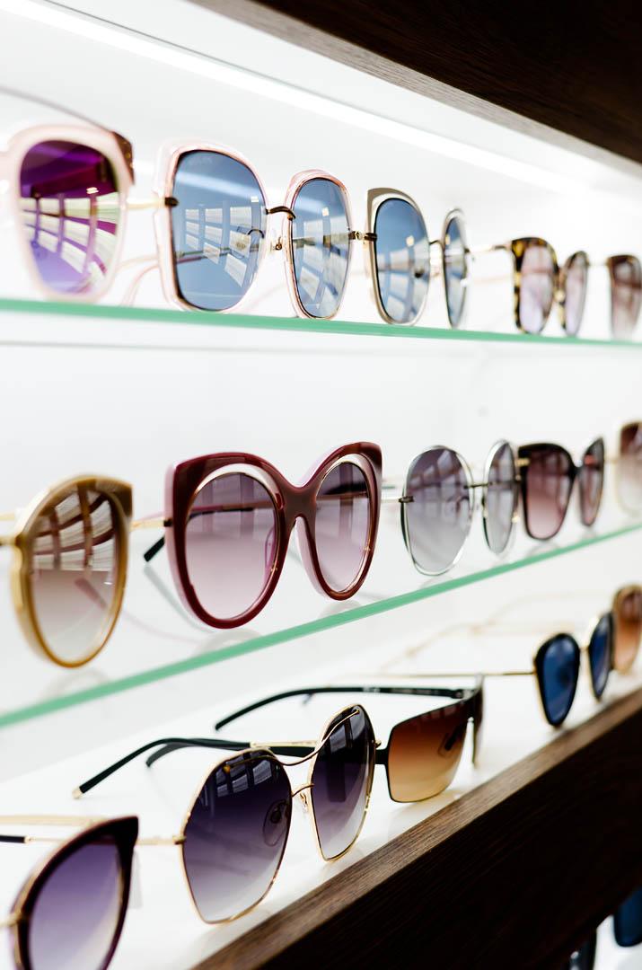 Bilde av et brillestativ fullt av solbriller.