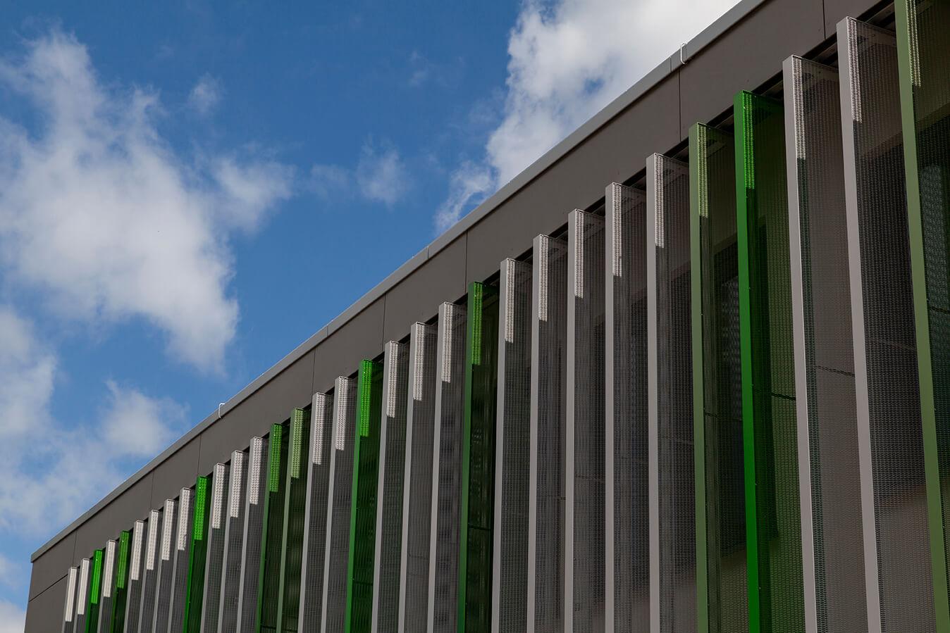 Außenansicht AS-Bau Hof Gebäude, sonnenstandsgeführte Verschattung