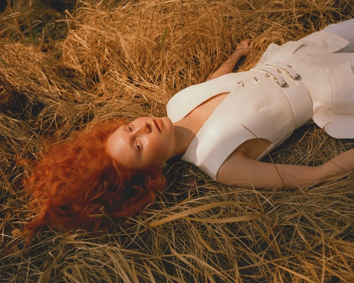 Red-haired girl in field, make up by make up artist Victoria Reuter from the Beazy community