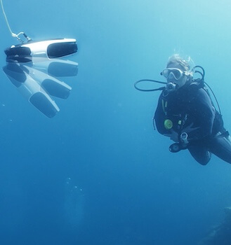 Get the best underwater photography experience with the Navatics MITO underwater drone, available for rent via Beazy, the rental platform for photographers and filmmakers.