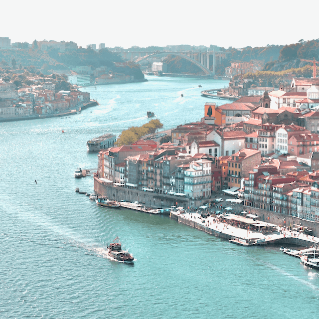 Photo of Porto, boat crossing the river. Beazy offers photos and video services all over Europe.