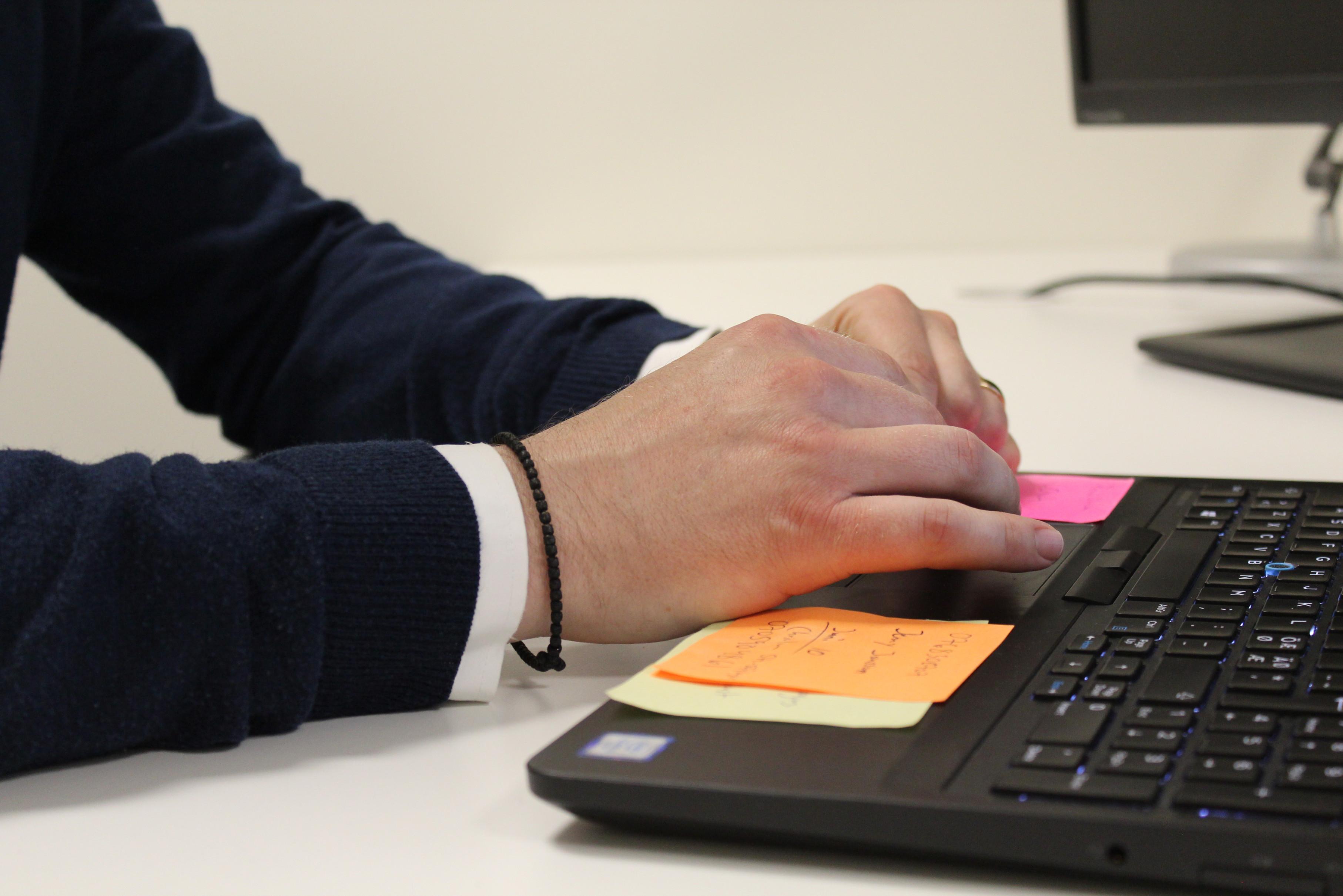Premiermedarbetares händer på tangentbord
